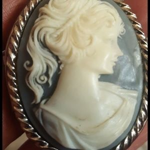 Gorgeous cameo pendant locket no chain